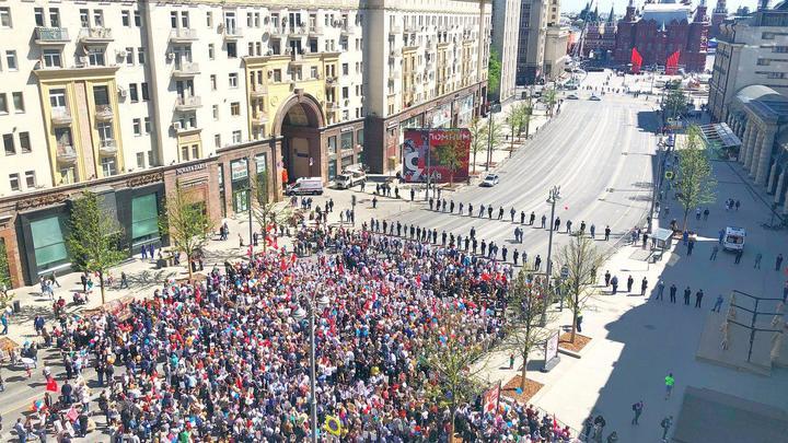 Тысячи человек принимают участие в шествии «Бессмертного полка» в Москве