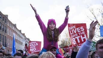 Тысячи митингующих заполонили Дублин в защиту запрета на аборты