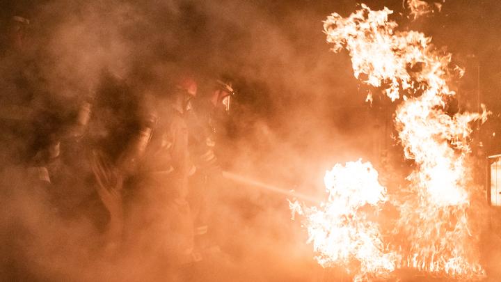 Соседи сдерживали пламя: В Новосибирске сгорел дачный домик
