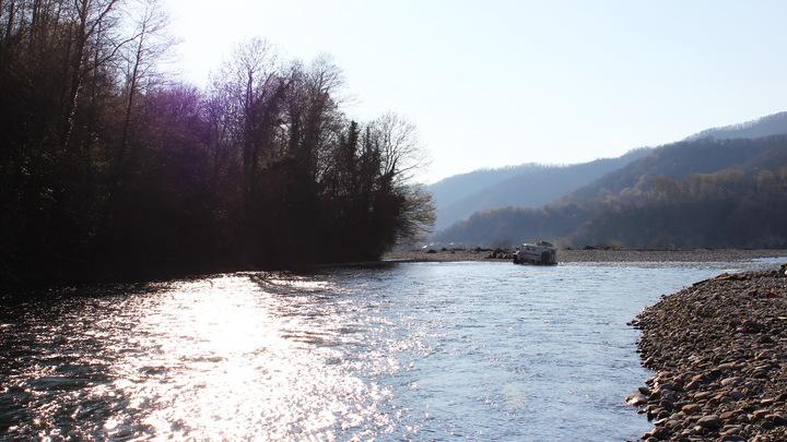 Работу осложняло сильное течение: В Сочи из горной реки спасатели достали тело женщины