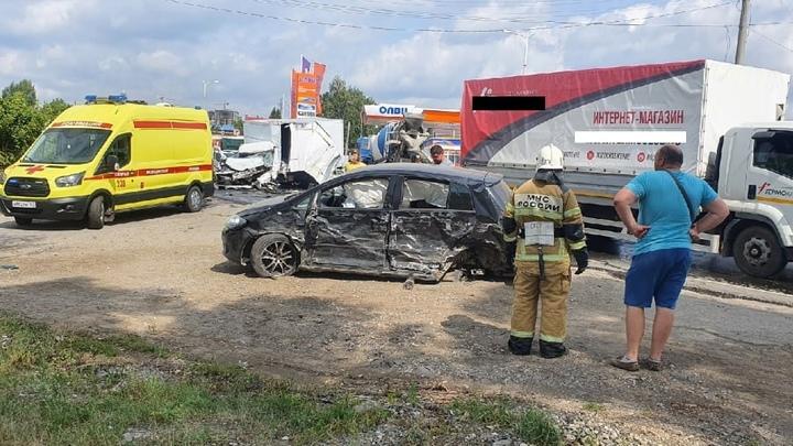 Месиво из людей и железа: в Самаре на Ракитовском шоссе столкнулись 6 автомобилей