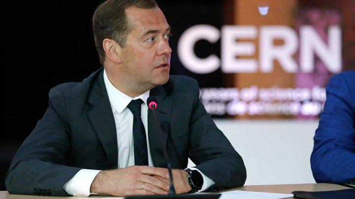 Подставил подножку охранник: Жительница Алтайского края заявила, что не собиралась падать в ноги к Медведеву