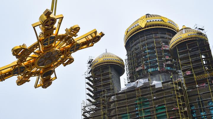 Смотри, какая красота: Военные строители приступили к установке православных крестов на Главный Храм Вооружённых Сил России