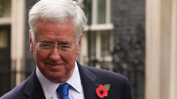 Приставания к журналистке привели к краху карьеры министра обороны Британии