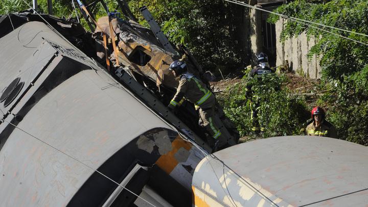 В масштабном крушении поезда погиб человек, десятки пострадали: На место выехал министр