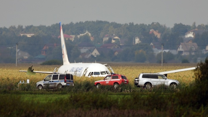 Не сработавший маяк и едва не оставленные в поле пассажиры: Что известно из переговоров пилотов А321