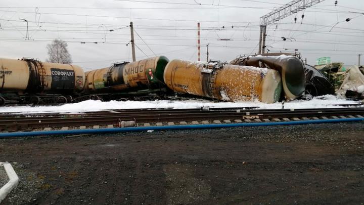 Разлив топлива и задержка поездов из-за схода 31 вагона в Новосибирской области. Фото, видео
