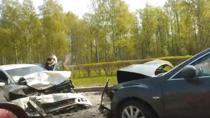 В Петербурге в лобовом столкновении автомобилей пострадал маленький ребенок