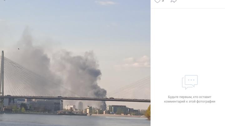 Что-то горит и взрывается: в Невском районе Петербурга поднялся столб черного дыма