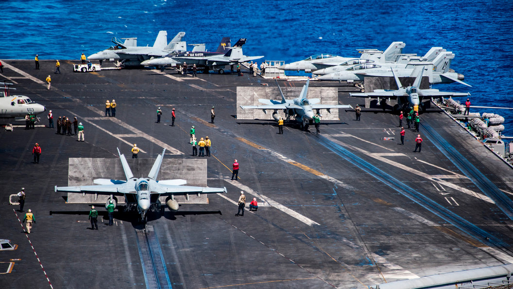 С борта рухнувшего в океан самолета ВМС США спасены восемь человек