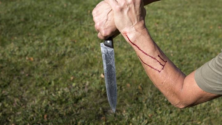Взбесившийся уголовник с ножом напал на подростка: Спасло содержимое кармана