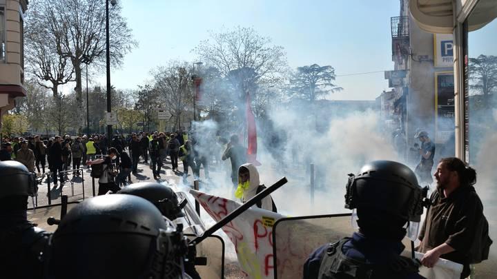 Ситуация во Франции накаляется: Желтые жилеты начали жечь автомобили на парижских улицах - видео