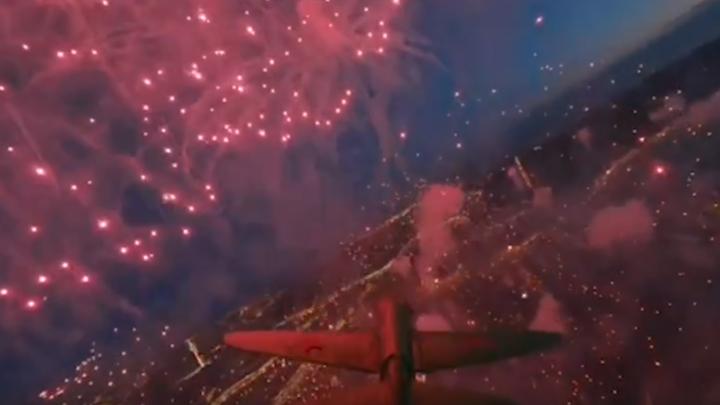 Внутри огней: в Петербурге оператор гоночного дрона запустил аппарат в центр праздничного салюта