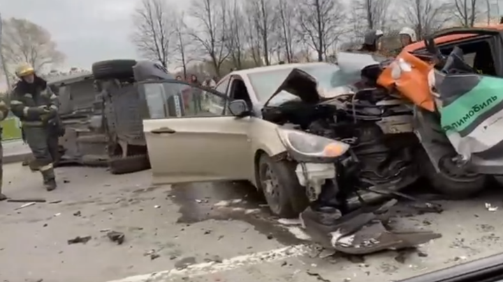 Две иномарки превратились в груду металла: в Петербурге произошло серьезное ДТП с каршерингом