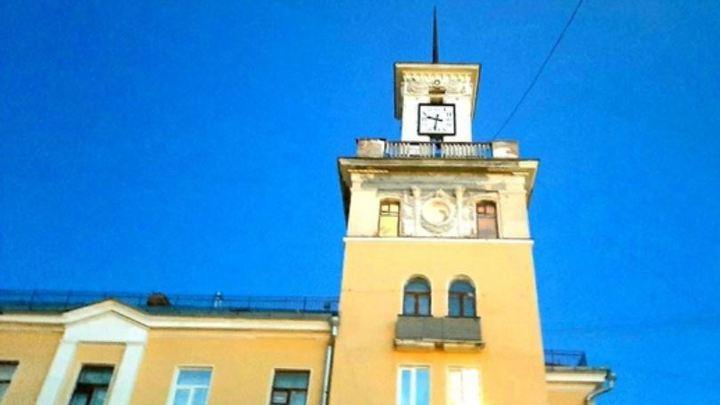 В Миассе остановилось время: городские часы обещают починить в 2045 году