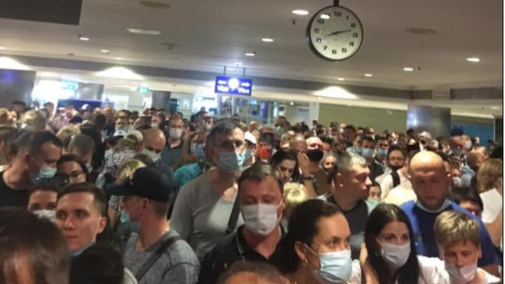 Толпа раздражённо хохотала: Новосибирцы застряли на паспортном контроле в Турции