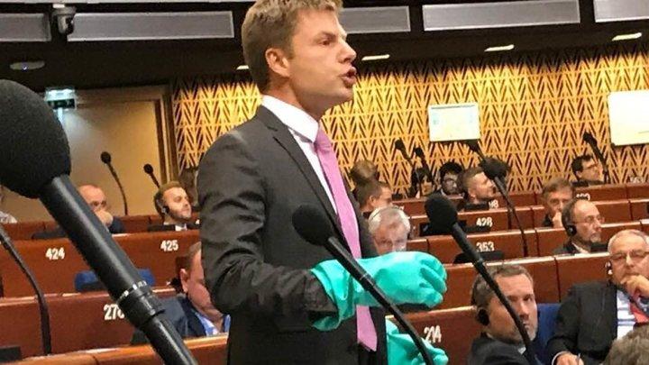 Новый объект для перформанса предложили в Госдуме украинцу, выступившему в ПАСЕ в перчатках