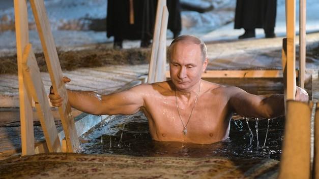 Путин окунулся в прорубь в Крещенскую ночь