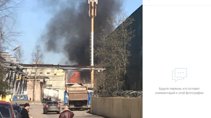 МЧС опасается распространения огня: в Петербурге горит кирпичный завод