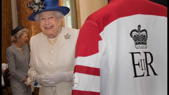 Генерал-губернатор Канады рассказал, почему дотронулся до королевы Англии