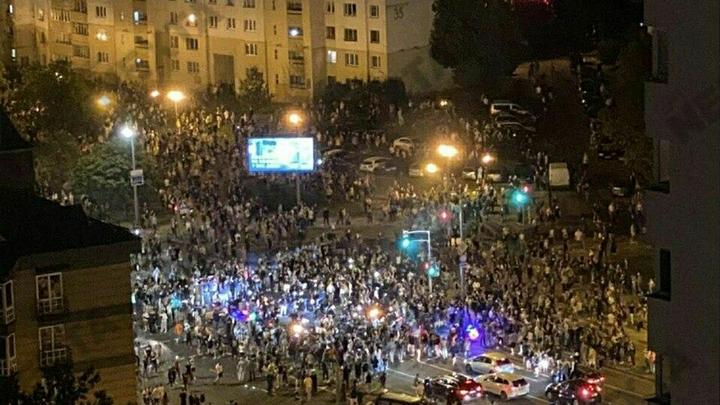 Третья ночь протеста: Люди стали выбивать стёкла милицейскому автобусу