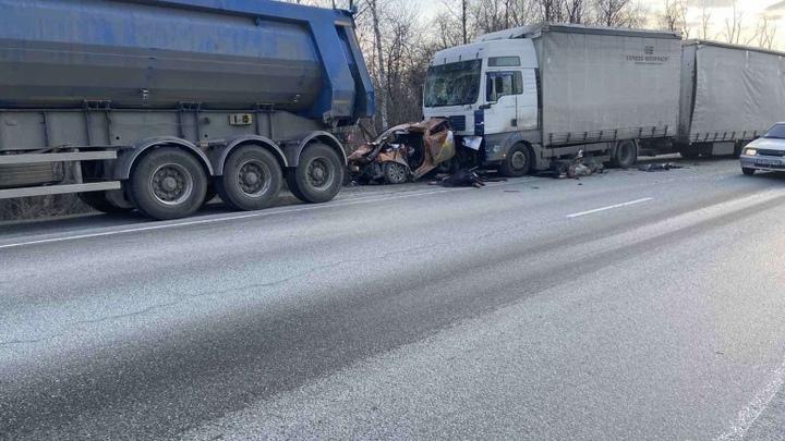 Водитель погиб, а пассажир госпитализирован: в Челябинской области сообщили подробности ДТП с такси