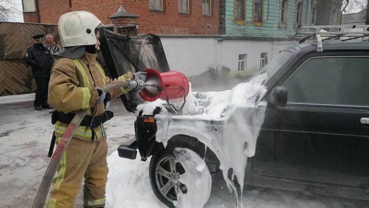 На центральной улице Суздаля загорелся автомобиль