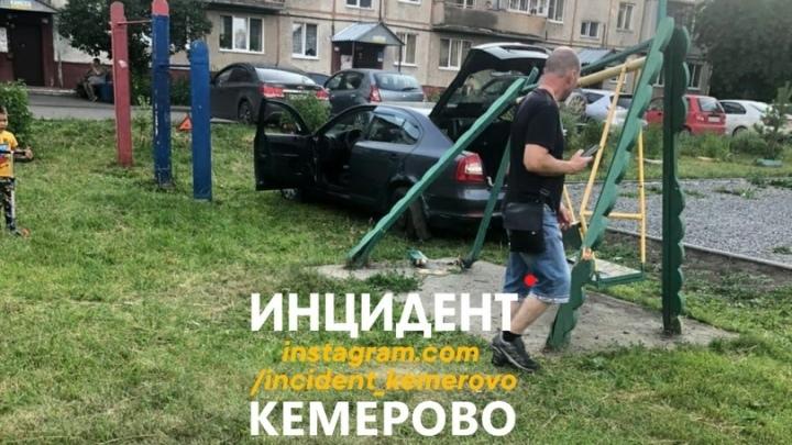 В Кемерове машина врезалась в качели на детской площадке