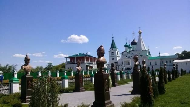 От Михаила Федоровича до Николая II: В Нижнем Новгороде освятили «Романовскую аллею славы»