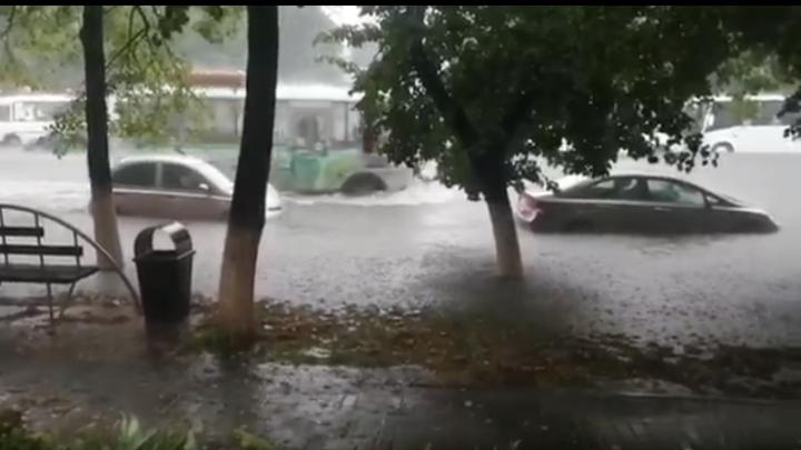 Мощный ливень затопил улицы Кемерова