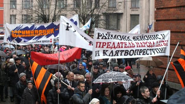 Руки прочь от русских школ: Свыше 1000 человек вышли на марш гнева в столице Латвии