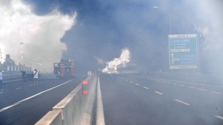 Трассу разнесло в щепки: Жертвами взрыва в Болонье стали 55 человек - видео