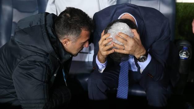 Турецкие футбольные фанаты поиграли вместо мяча креслами со стадиона