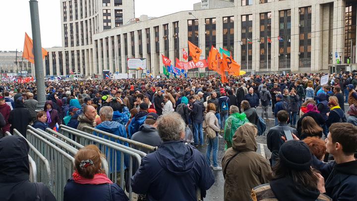 Все кровью зальют: Беснующихся на митинге в Москве уличных либералов сравнили со шпаной