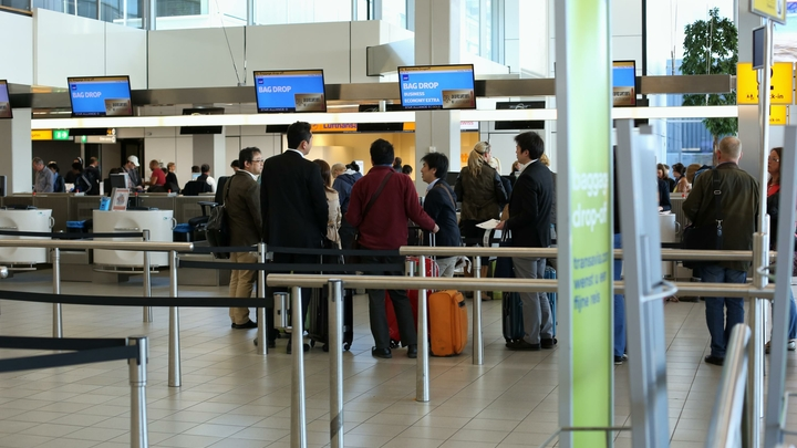 Минтранс разрешил лежать на полу аэропортов после покупки билета