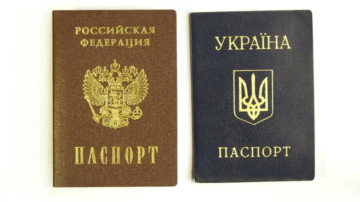 До сих пор не верю: Житель Донецка не смог сдержать эмоций от приглашения забрать российский паспорт