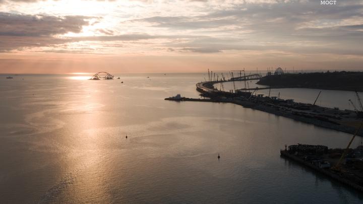 Движение по Керченскому проливу открыли досрочно после монтажа арки Крымского моста