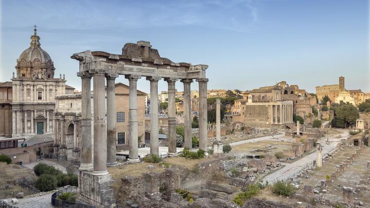 Рухнувшая стена старинного Римского форума чуть не придавила туристов