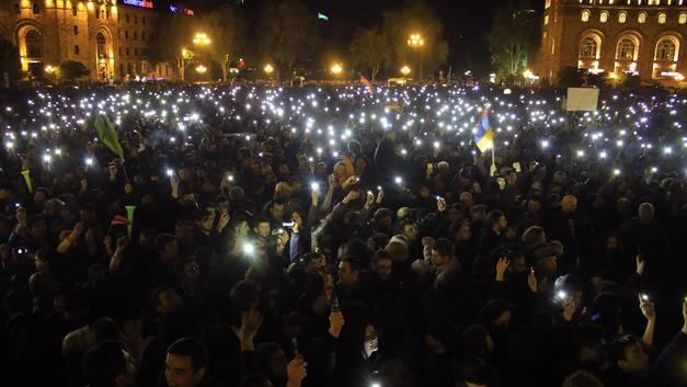 Нет у революции конца: Армянские демонстранты захватили здание мэрии Еревана