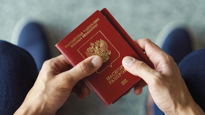 Русские своих не бросают: Жители Донбасса получат российские паспорта, если захотят