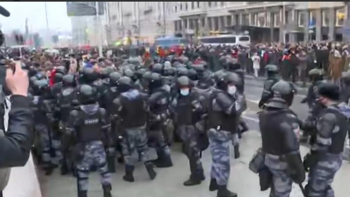 Простите нас, братья: Беснующиеся в Москве набрасываются на ОМОН - кадры с места