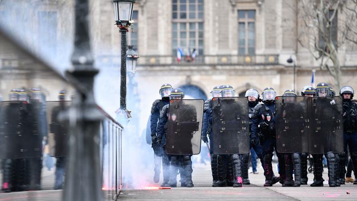 Толпы противников реформ Макрона в Париже распугивали водометами