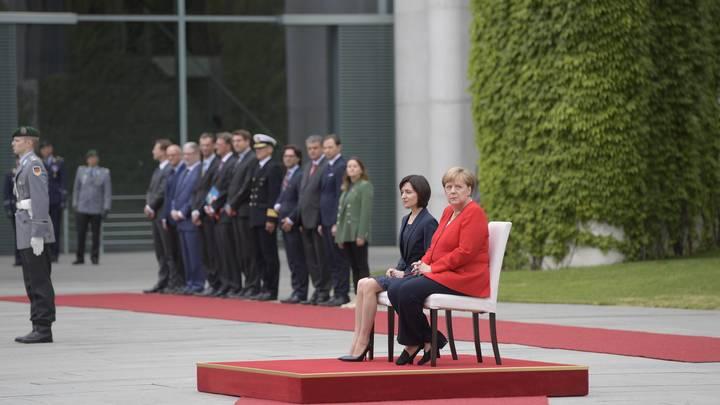 Пора бабушке на пенсион уходить: Трясущаяся Меркель ввела моду на сидячие гимны