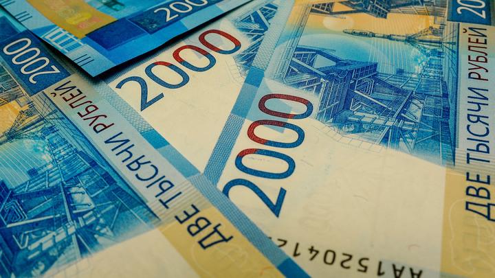 Давка лютая была, Дичь какая-то: В Сети оскорбились поступком блогера, бросавшего деньги толпе в Волгограде
