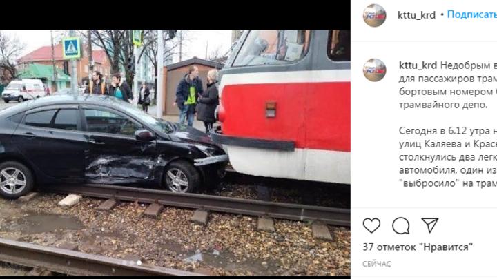 В Краснодаре после ДТП машина вылетела на трамвайные пути