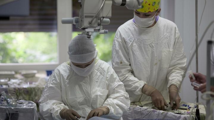 Вместо маски Бэтмена - стерильная повязка: Луна прошла первую операцию по удалению невуса