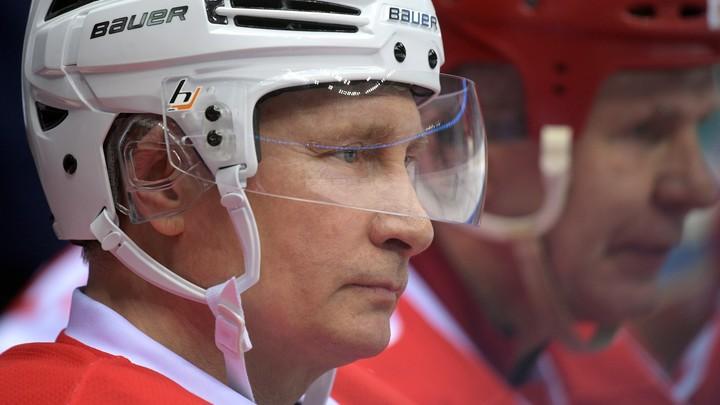 В хоккей играют настоящие мужчины: Путин забил шайбу в Ярославле