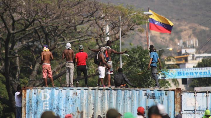 Ничего близкого к гуманитарной помощи там нет: Депутат назвал провокацией поджог грузовиков на границе Венесуэлы