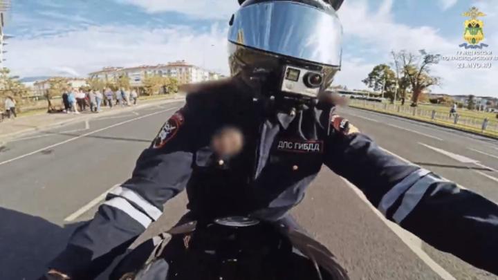 Уходил от погони: В Сочи задержали блогера, который катался на мотоцикле в форме инспектора ДПС