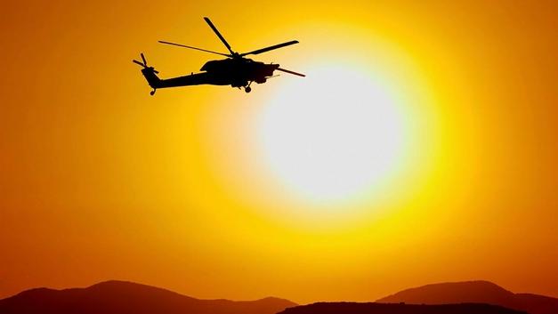 В Колумбии очевидцы сняли, как вертолет упал прямо на человека - видео
